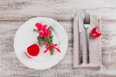 Ajuste rústico da tabela com as flores do tomilho e do cíclame imagens de stock royalty free