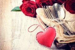 Ajuste rústico de la tabla para la cena de la tarjeta del día de San Valentín del St foto de archivo