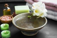 Ajuste relajante del balneario con el cuenco y las flores, velas, aceite del agua, Fotografía de archivo libre de regalías