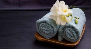 Ajuste relajante del balneario con las toallas y las flores Foto de archivo