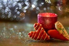 Ajuste romántico con los corazones y la vela Imagenes de archivo