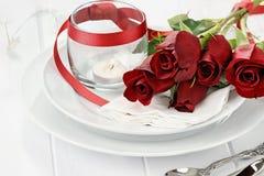 Ajuste romántico de la tabla con las rosas y las velas Fotografía de archivo libre de regalías