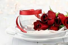 Ajuste romántico de la tabla de Candlelite con las rosas Fotografía de archivo libre de regalías