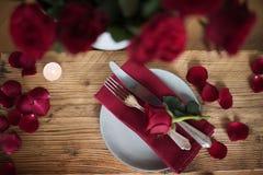 Ajuste romántico de la tabla en rojo Imagen de archivo
