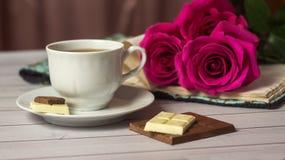 Ajuste romántico del ` s de la tarjeta del día de San Valentín del St con el chocolate, la taza de té y las rosas rojas Fotos de archivo libres de regalías
