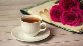 Ajuste romántico del ` s de la tarjeta del día de San Valentín del St con la taza de té y las rosas rojas Foto de archivo libre de regalías