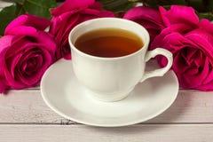 Ajuste romántico del ` s de la tarjeta del día de San Valentín del St con la taza de té y las rosas rojas Fotos de archivo