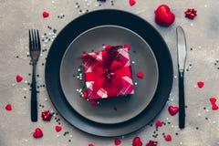 Ajuste romántico hermoso de la tabla Día de tarjetas del día de San Valentín antes de la cena imagen de archivo libre de regalías