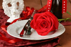 Ajuste romântico da tabela com as rosas para o Valentim do St. Imagens de Stock Royalty Free