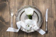 Ajuste romântico da tabela com rosa do branco, dishware do vintage, pratas na tabela de madeira Vista superior fotografia de stock