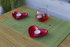Ajuste romântico da tabela com a rua do café das velas fotos de stock royalty free
