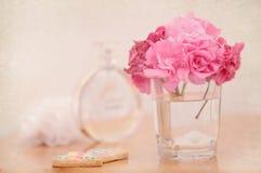 Ajuste romântico feminino na tabela com a flor cor-de-rosa do oleandro Fotos de Stock