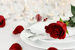 Ajuste romântico da tabela da luz da vela Fotografia de Stock