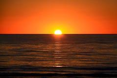Ajuste Sun sobre o oceano, Austrália Fotografia de Stock Royalty Free