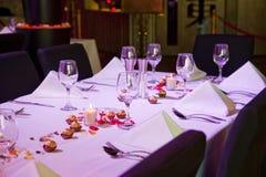 Ajuste a tabela do restaurante para o occation especial Imagem de Stock