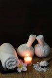Ajuste tailandês da massagem dos termas na luz de vela Fotos de Stock