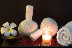 Ajuste tailandês da massagem dos termas na luz de vela imagens de stock