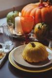 Ajuste tradicional da tabela do outono para a ação de graças ou o Dia das Bruxas Imagens de Stock Royalty Free