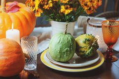 Ajuste tradicional da tabela do outono para a ação de graças ou o Dia das Bruxas, com velas, flores e abóboras Imagens de Stock Royalty Free