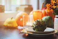 Ajuste tradicional de la tabla del otoño para la acción de gracias o Halloween, con las velas, las flores y las calabazas Fotos de archivo libres de regalías