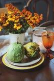 Ajuste tradicional de la tabla del otoño para la acción de gracias o Halloween, con las velas, las flores y las calabazas Foto de archivo