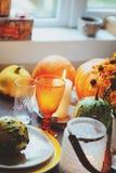 Ajuste tradicional de la tabla del otoño para la acción de gracias o Halloween, con las velas, las flores y las calabazas Imagen de archivo