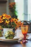 Ajuste tradicional de la tabla del otoño para la acción de gracias o Halloween, con las velas, las flores y las calabazas Foto de archivo libre de regalías