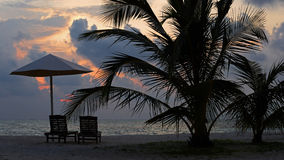 Ajuste tropical de la puesta del sol de la playa Fotos de archivo libres de regalías