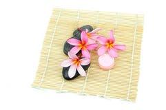 Ajuste tropical del balneario en la estera de bambú Imagenes de archivo