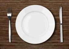 Ajuste vazio branco da placa de jantar em de madeira escuro Imagens de Stock Royalty Free