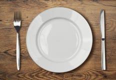 Ajuste vazio branco da placa de jantar na tabela de madeira Fotos de Stock Royalty Free