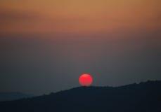 Ajuste vermelho brilhante do sol Fotos de Stock Royalty Free