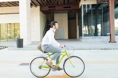 Ajuste y contaminación de la estancia de Riding Bike To del hombre de negocios libres foto de archivo