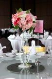 Ajuste y flores de la tabla de la decoración de la boda Imagen de archivo libre de regalías