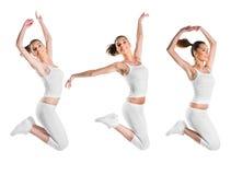 Ajustement, beau, jeune femme sautant, trois poses Photos stock