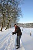 Ajustement de conservation aîné en projetant des boules de neige Photos libres de droits