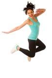Ajustement heureux et danse et sauter minces de femme d'isolement au-dessus du blanc photographie stock libre de droits
