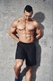 Ajustement musculaire et homme en bonne santé se tenant sur le fond gris Images libres de droits