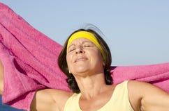 Ajustement Relaxed exerçant la femme mûre extérieure Images stock