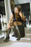 Ajustements de blonde sur les gaines modernes brunes Images stock