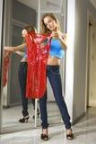 Ajustements de jeune femme sur une robe photos libres de droits