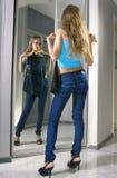 Ajustements de jeune femme sur une robe noire images stock