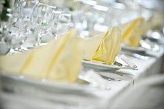 Ajustes brancos do tablecloth imagens de stock