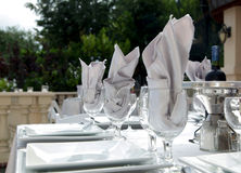 Ajustes brancos extravagantes da tabela Fotografia de Stock