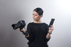 Ajustes copmaring da câmera da mulher caucasiano nova Fotos de Stock