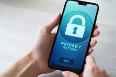 Ajustes da privacidade na tela do telefone celular Conceito da segurança do Cyber fotos de stock