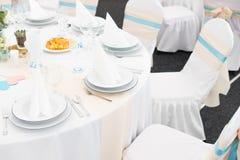 Ajustes da tabela do casamento com decoração Fotografia de Stock Royalty Free