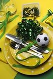 Ajustes da tabela do partido da celebração do futebol do futebol em amarelo e em verde - vertical. Imagem de Stock Royalty Free