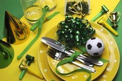 Ajustes da tabela do partido da celebração do futebol do futebol no amarelo e no verde imagens de stock