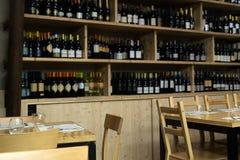 Ajustes da tabela do restaurante internos A cadeira, as tabelas e a tabela de madeira ajustaram-se dentro de um restaurante itali imagem de stock